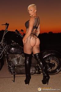bikini-model-on-harley-6 gauge1422895769